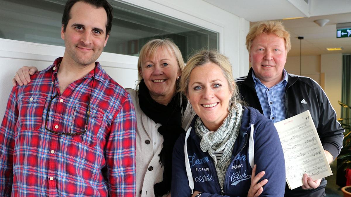 Musikalens turnéledare Ingmarie Halling kommer till studion, liksom sångarna Gunilla Backman och Philip Jalmelid, som sjunger live, ackompanjerade av Peter Ljung. Foto: Ronnie Ritterland / Sveriges Radio