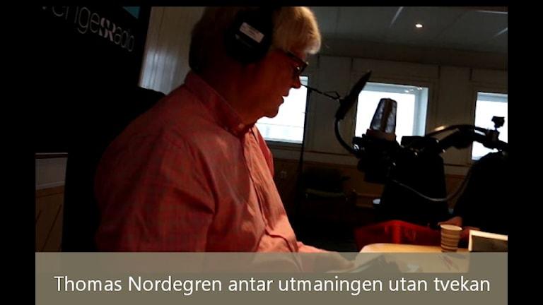 Louise Epstein testar Thomas Nordegrens förmåga att öppna svåröppnade förpackningar. Foto: Ronnie Ritterland / Sveriges Radio