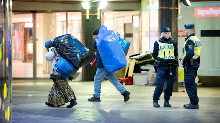 Polisen kör bort hemlösa EU-migranter från Sergels torg, Stockholm. Foto: Jessica Gow/TT