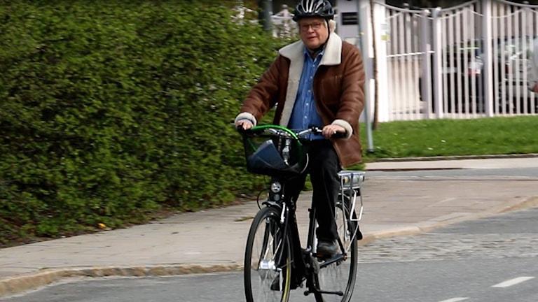 Thomas Nordegren cyklar på sin elcykel till jobbet. Foto: Ronnie Ritterland / Sveriges Radio