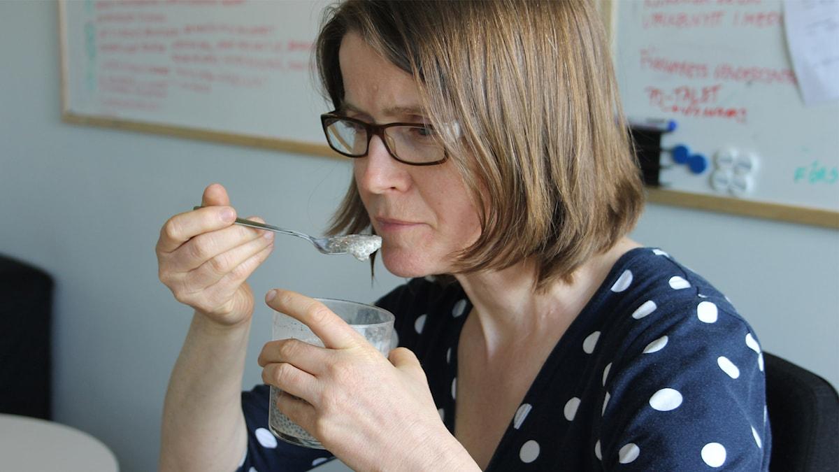 Louise Epstein äter chiapudding. Foto: Cecilia Smedfors Bang