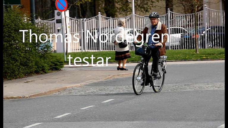 Thomas Nordegren är ju som sagt en modern människa - så här såg det ut första gången han tog elcykeln till jobbet! Foto: Ronnie Ritterland / Sveriges Radio