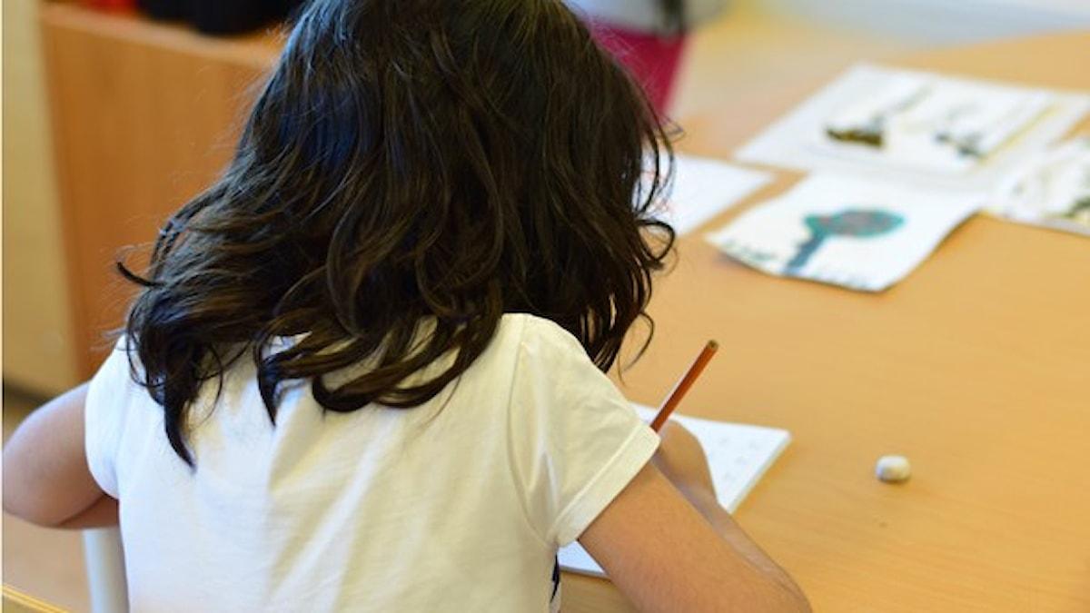En nyanländ flicka övar svenska i skolan. Foto: Anna-Karin Lampou/Sveriges Radio