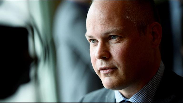 Varför kan man inte söka asyl på ambassader? Migrationsministern Morgan Johansson svarar. Foto: Vilhelm Stokstad/TT