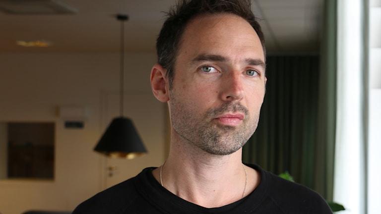 """Tobias Bjarneby. Chefredaktör för speltidningen Level. Författare: """"8 bitar"""", som handlar om Nintendos historia. Foto: Ronnie Ritterland / Sveriges Radio"""