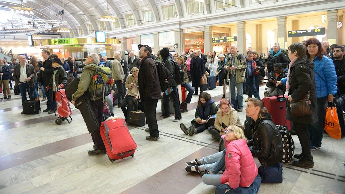 Resenärer väntar besked vid tågförsening på Stockholms central. Foto: Fredrik Sandberg/TT