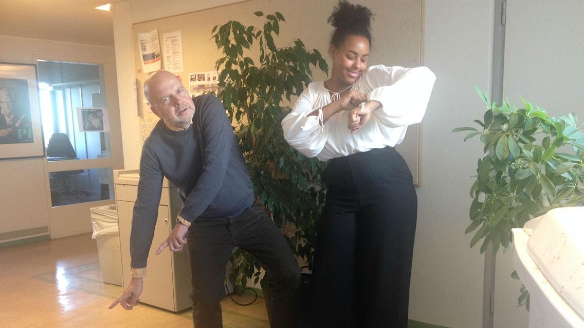 Gunnar Bolin och Amie Bramme Sey testar att dansa som Drake. Foto: Ülkü Holago, Sveriges Radio