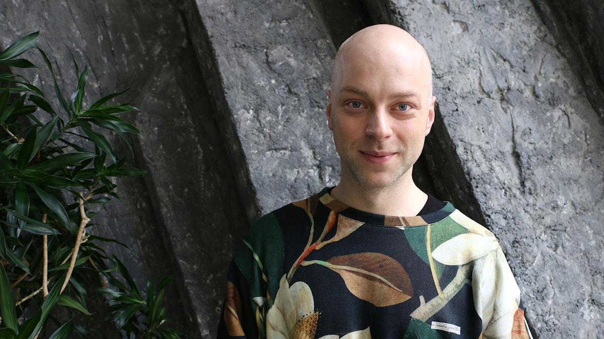 Robert Fux som spelar konferenciern Emcee i musikalen Cabaret. Foto: Ronnie Ritterland / Sveriges Radio