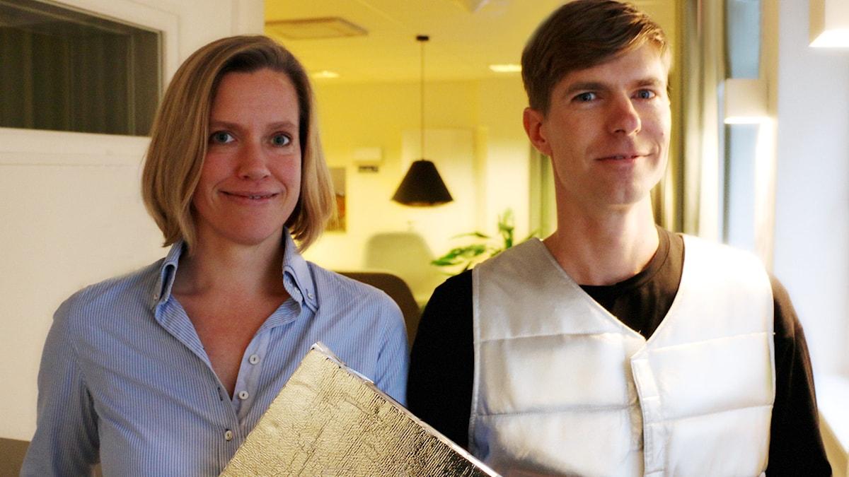 KTH-doktoranderna Anna Granath Hansson och Jonas Anund Vogel ger sina perspektiv på hur bostadskrisen kan lösas. Jonas har på sig en väst som är till för att illustrera hur man med material kan hålla kroppens temperatur konstant. Foto: Ronnie Ritterland / Sveriges Radio