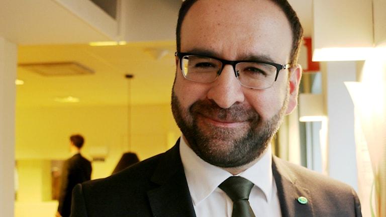 Bostadsminister Mehmet Kaplan svarar på lyssnarnas frågor i Nordegren & Epstein i P1. Foto: Alfred Wreeby / Sveriges Radio