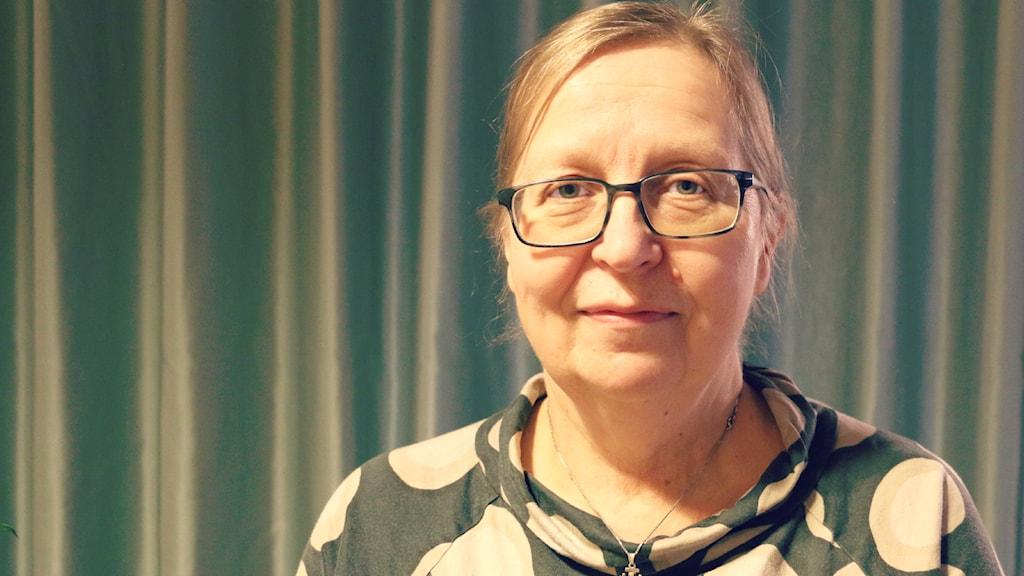 Elisabeth Sandlund, journalist på Dagen (på bilden), och Katarina Barrling, (med på telefon) statsvetare och frankofil, reder ut hur man visar solidaritet på bästa sätt. Foto: Ronnie Ritterland / Sveriges Radio