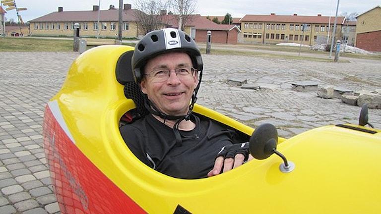 I Velomobilen ligger du och trampar. Urpo Taskinen äger en av de få i länet. Foto: Bertil Isaksson / Sveriges Radio
