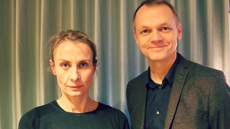 Sara Kristoffersson, professor i designhistoria vid Konstfack, och Henrik Selin, chef för Svenska Institutets enhet för interkulturell dialog. Foto: Ronnie Ritterland / Sveriges Radio
