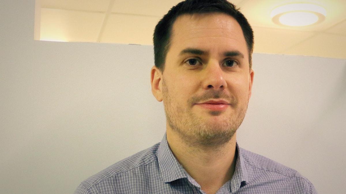 Jakob König, projektledare för Fair Finance Guide, kommer till studion. Foto: Ronnie Ritterland / Sveriges Radio