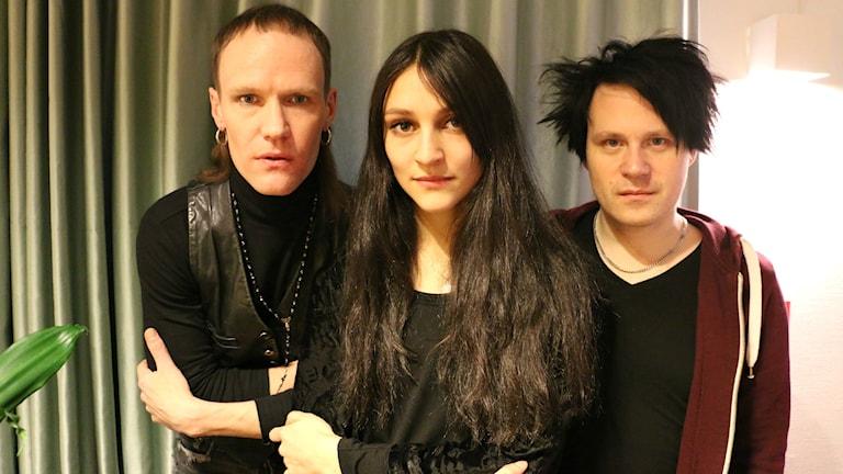Nicole Sabouné tillsammans med bandkollegorna Nicklas Stenemo som spelar elgitarr och Jon Bordon klaviatur. Foto: Ronnie Ritterland / Sveriges Radio