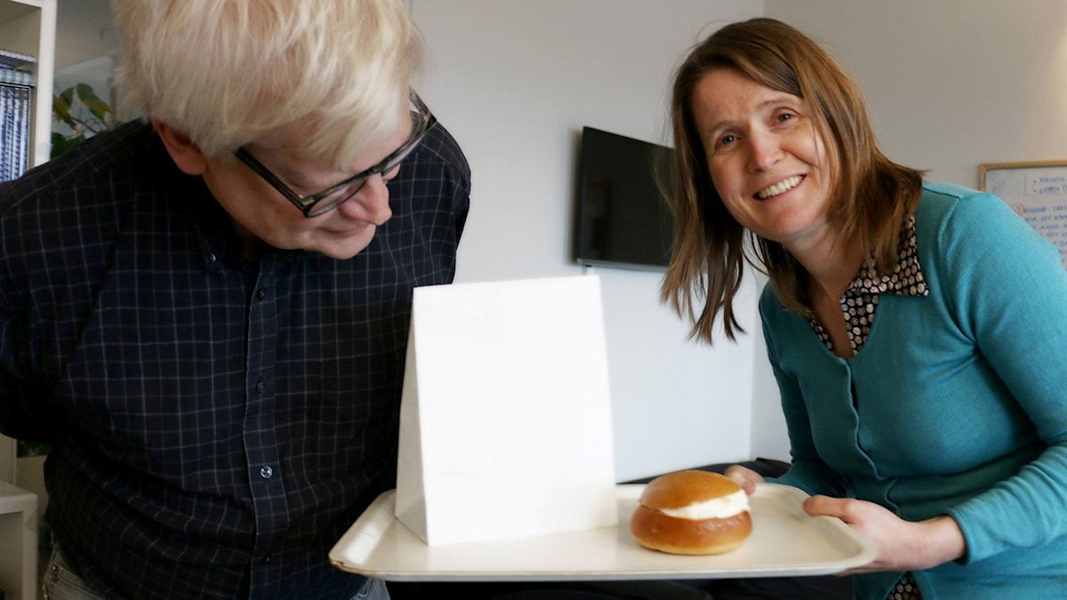 Louise Epstein vill bjuda Thomas Nordegren på en klimatsmartare semla. Foto: Ronnie Ritterland / Sveriges Radio