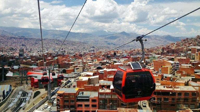 Linbanan mellan satellitstaden El Alto och La Paz tar en kvart. Förut tog resan över en timme. Foto: Lotten Collin/Sverige Radio