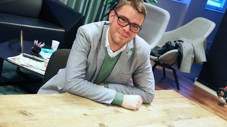 Miljöpartiets partisekreterare Anders Wallner vid köksbordet där partiet bildades. Foto: Ronnie Ritterland / Sveriges Radio