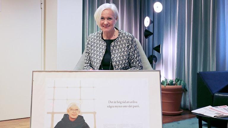 Acko Ankarberg Johansson, partisekreterare, har med sig en pryl som hon tycker skulle representera partiet på ett bra sätt där. Foto: Cecilia Djurberg / Sveriges Radio