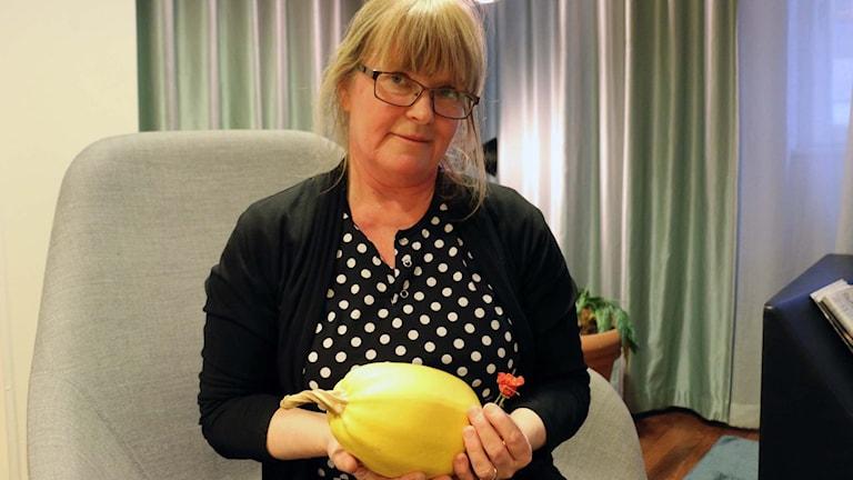 Lise-Lotte Björkman, trädgårdsrådgivare Svensk trädgård, med egenodlad pumpa och chili. FOTO: Cecilia Djurberg/SR