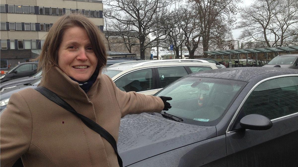 Louise Epstein på parkeringen