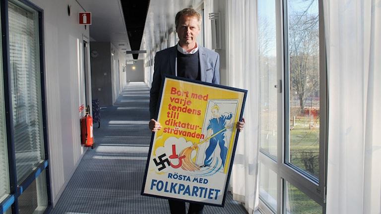 Riksdagsledamoten Christer Nylander med Liberalernas bidrag till Nordegren & Epsteins politikmuseum