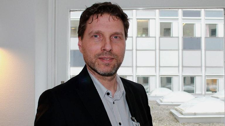 Pensionsmyndighetens Pär Ahrling förklarar hur du ska tolka ditt orange kuvert. FOTO: Cecilia Djurberg/Sveriges Radio