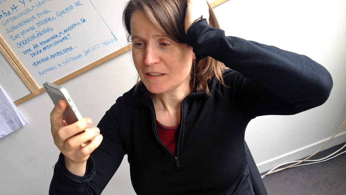 Louise Epstein tittar uppgivet på sin smartphone och funderar på hur hon ska bli en bättre twittrare.
