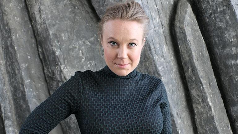 Skådespelaren Rebecka Pershagen tittar stadigt in i kameran.