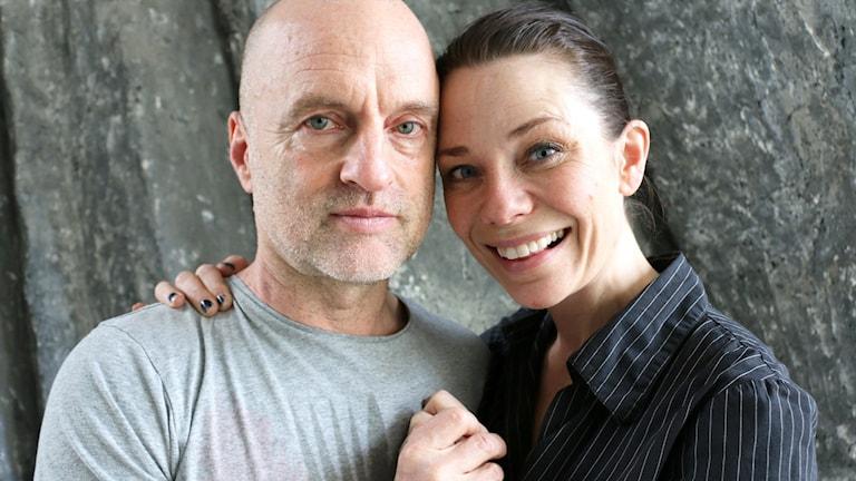 Thomas Nordegren har bjudit in musikalartisten och huvudrollsinnehavaren Anna-Maria Hallgarn och regissören Rikard Bergqvist till programmet. På bilden står de tillsammans tätt ihop och håller varmt varandras händer.