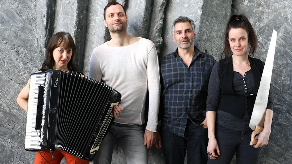 Lindy och Orkestern är ett nystartat samarbete mellan artisten och sångaren Lindy Larsson och sex musikanter. Tre av de gästar Nordegren & Epstein tillsammans med Lindy. På bilder från vänster: Miriam Oldenburg, dragspel, Michael Vinsa, trummor, Lindy Larsson och Sara Edin, fiol, såg.