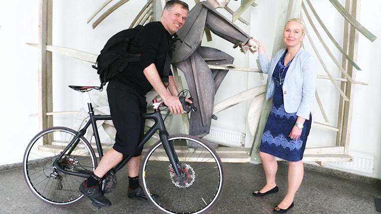 Infrastrukturminister Anna Johansson kommer till studion för att ge sin syn på cykelinfrastruktur och cyklingskultur och det gör även cykelbudet Gustav Wintzell.