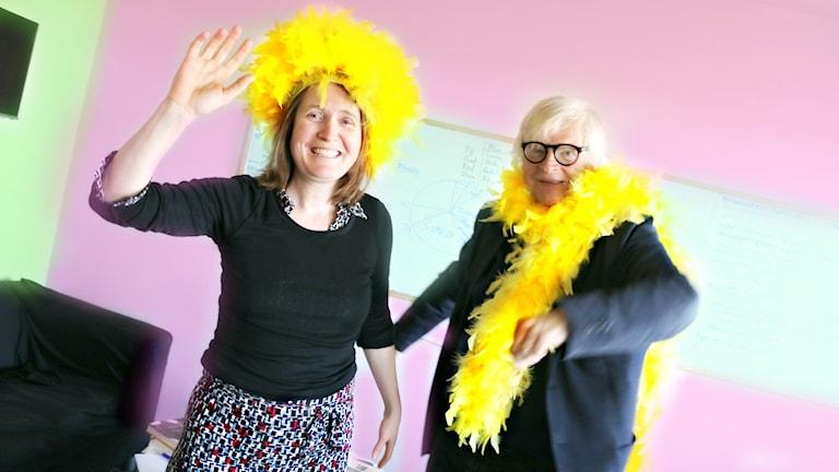 Louise Epstein och Thomas Nordegren festar till det med varsin gul fjäderboa.