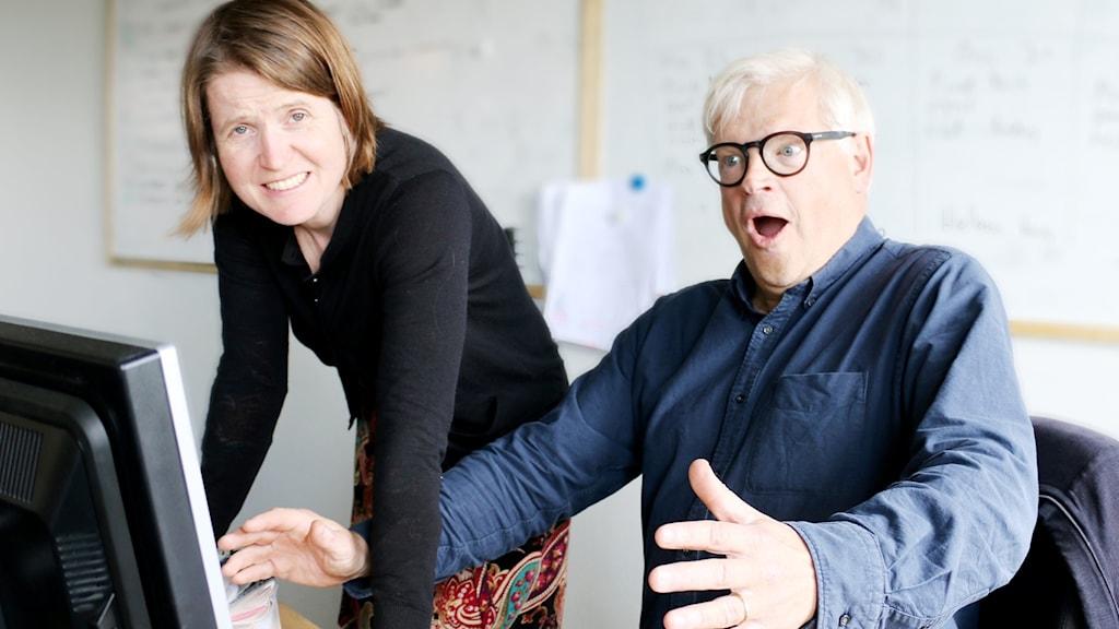 Thomas Nordegren och Louise Epstein framför en dator.