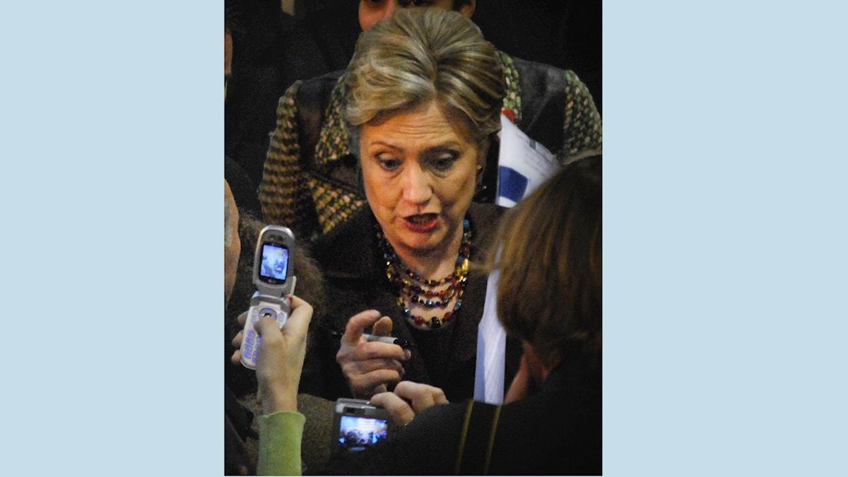 Hillary Clinton fotograferas med mobilkameror.