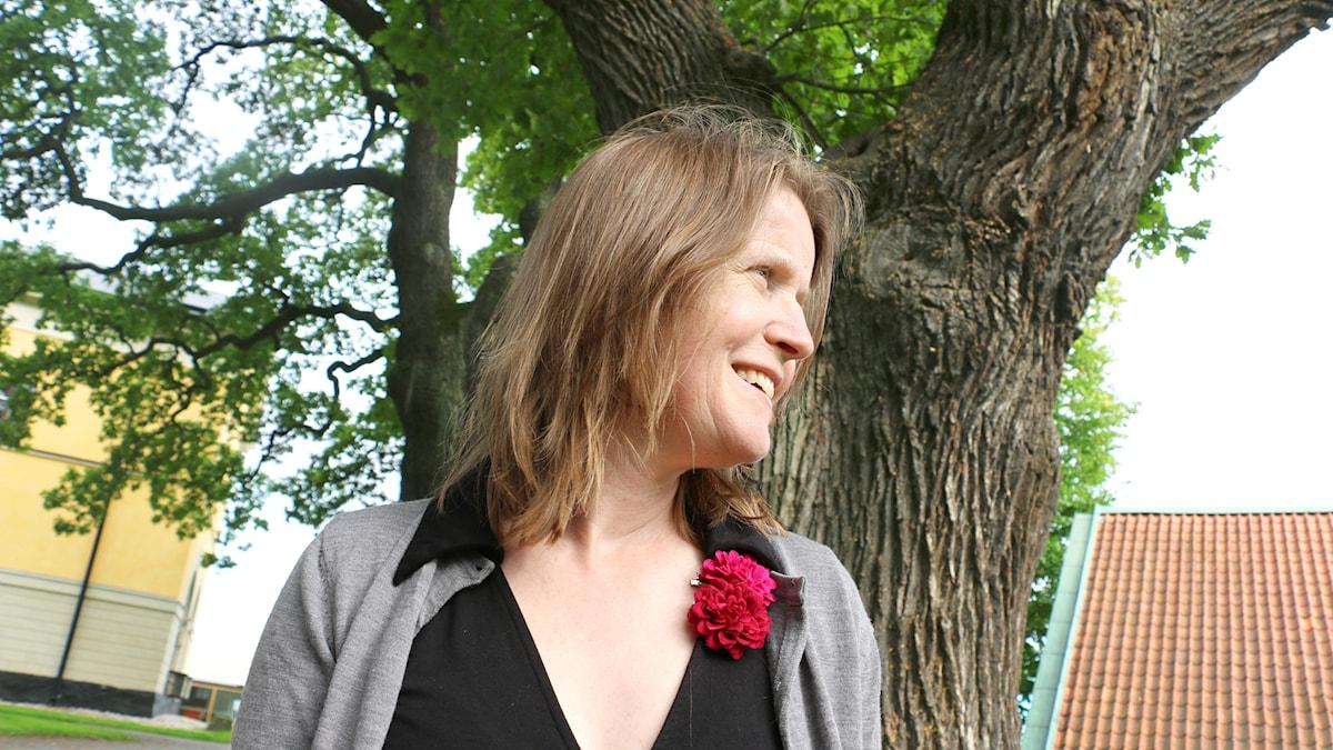 Louise Epstein under en av radioparkens stora ekar.