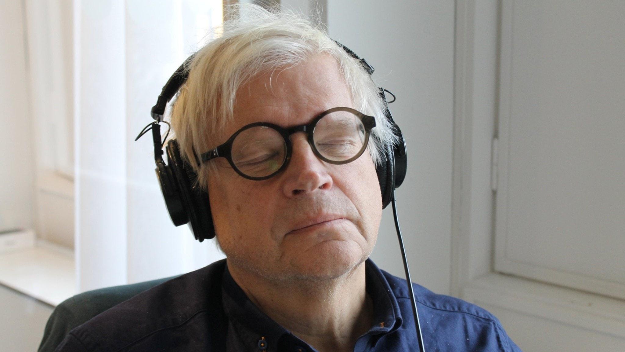 Thomas Nordegren lutar sig tillbaka och lyssnar på så kallat vitt brus i hörlurarna.