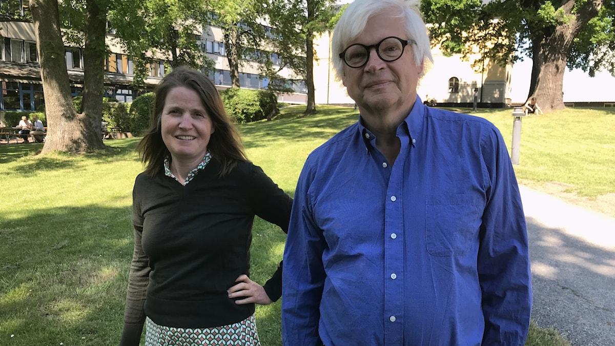 Louise Epstein och Thomas Nordegren  i Radiohusparken en solig dag.