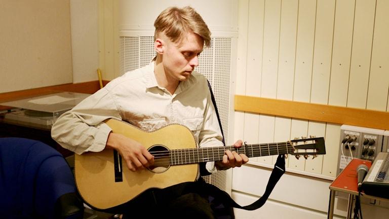 Mattias Björkas värmer upp inför live-spelning i studion.