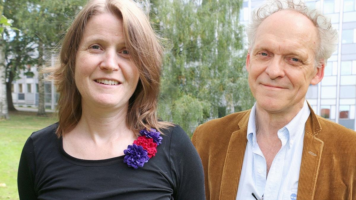 Louise Epstein och Ingvar Storm i Radiohusets park i Stockholm. Båda ler och tittar in i kameran.
