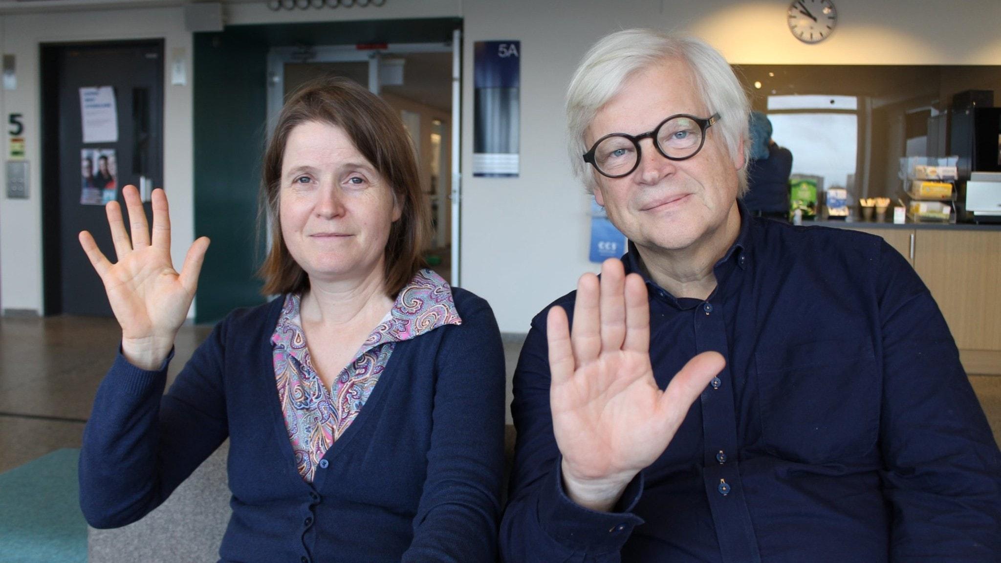 Louise Epstein och Thomas Nordegren vinkar mot kameran