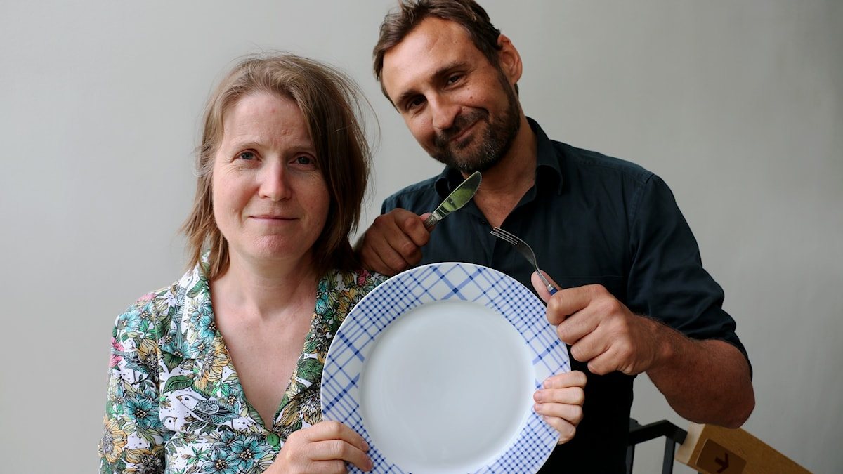 Louise Epstein och Johar Bendjelloul undrar vad ni tycker om idén att äta mer vildsvin i stället för vanligt fläsk? På bilden håller de i en tallrik och ett par bestick.