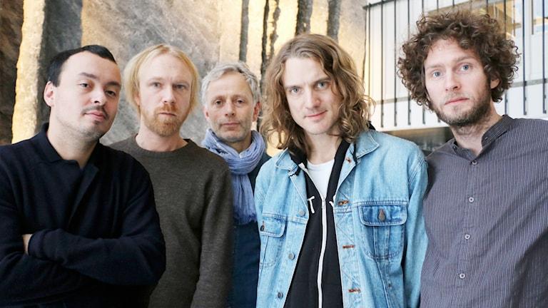 Medlemmarna i rockbandet Dungen bestående av Gustav Ejstes, Reine Fiske, Johan Holmegard och Mattias Gustavsson poserar tillsammans med filmforskaren Patrik Sjöberg (mitten).