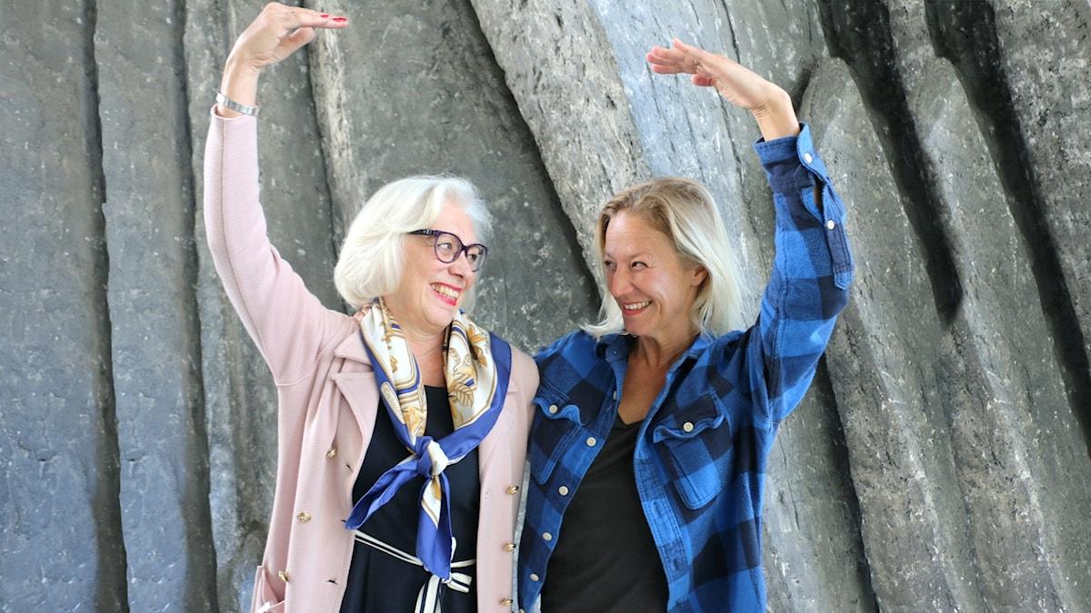 Mette Aakerholm Gardell, dokumentärfilmare som tränar balett med Verklighetens ballerinor, Agneta Ståhle, professor i sjukgymnastik KI gör en balettpose och tittar på varandra och skrattar varmt.