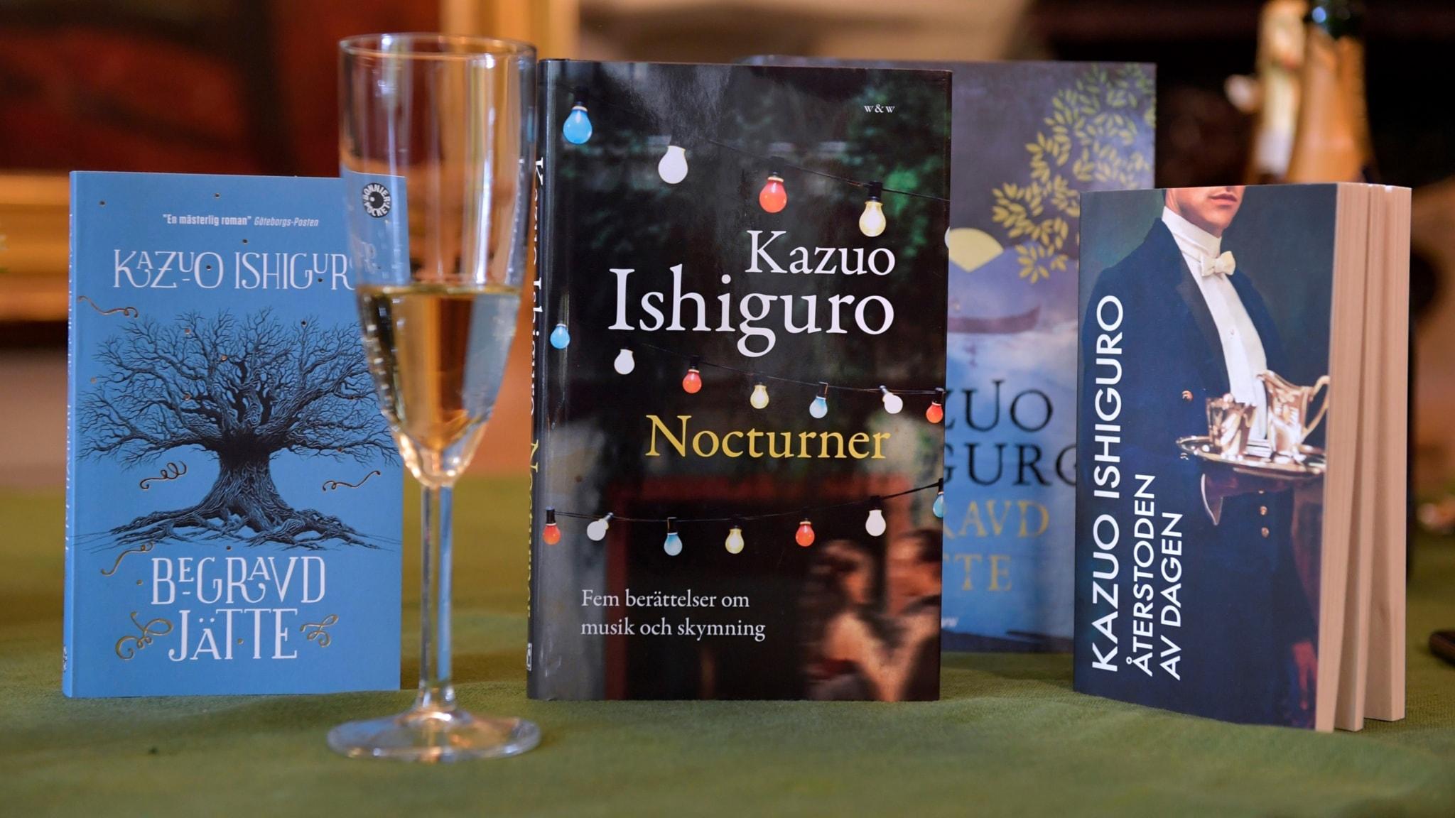 Champagneglas framför böcker av Kazuo Ishiguro.