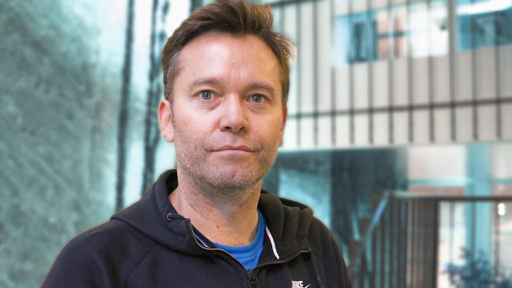 Christian Christensen, journalistikprofessor fotograferad i Radiohuset och tittar med bestämd blick in i kameran.