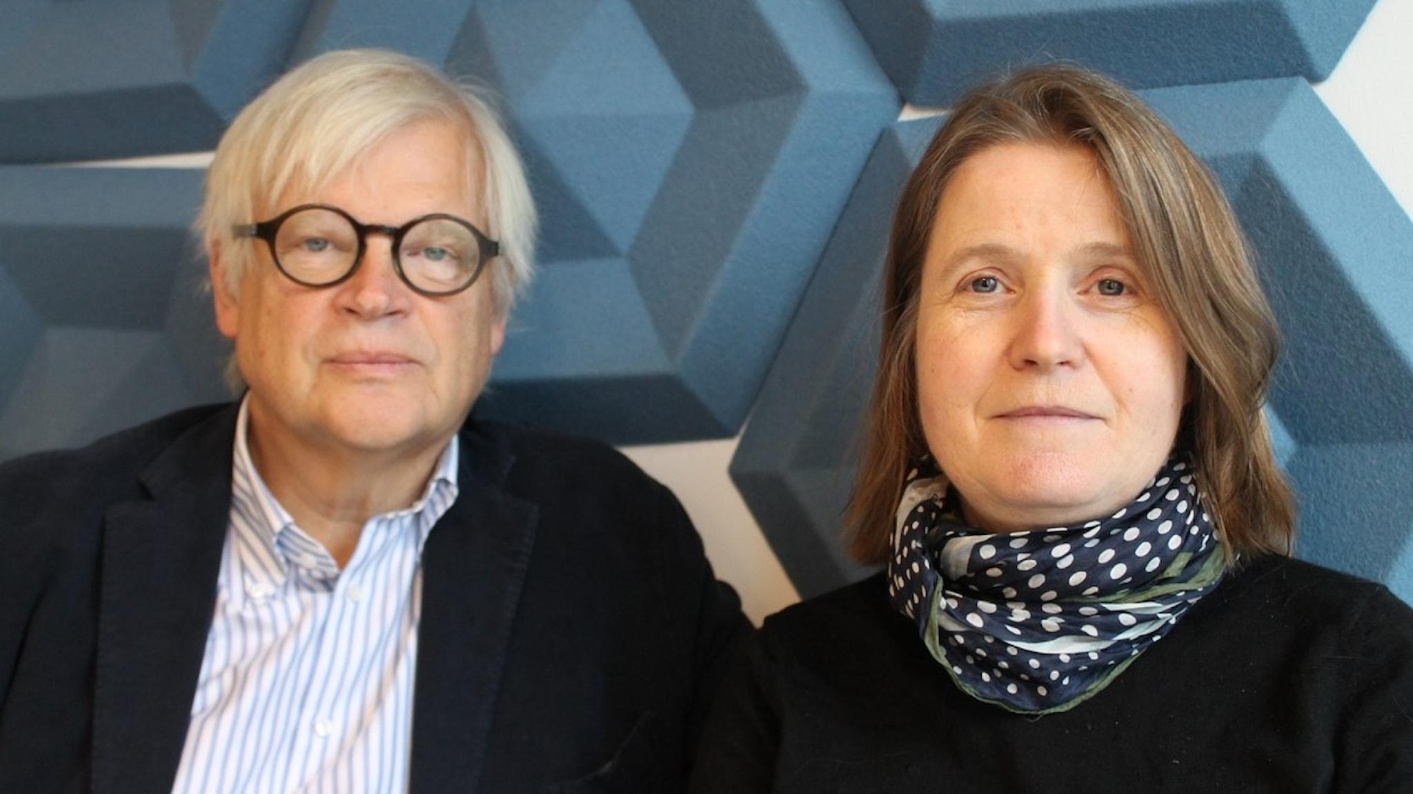 Thomas Nordegren och Louise Epstein står mot en blå bakgrund och blickar in i kameran.