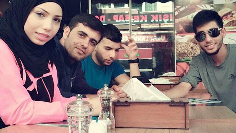Abir med maken till höger om henne, brodern Zakria längst till höger.