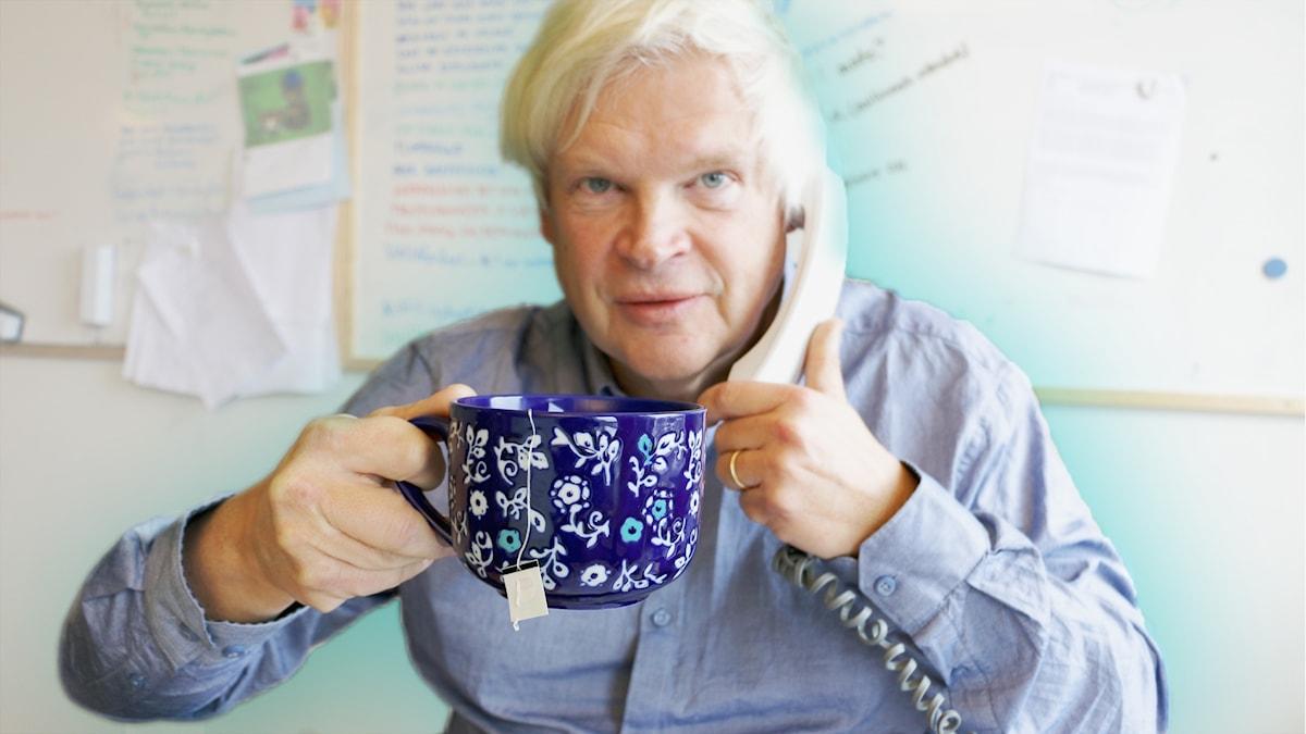 Thomas Nordegren pratar i telefon och dricker en kopp te.