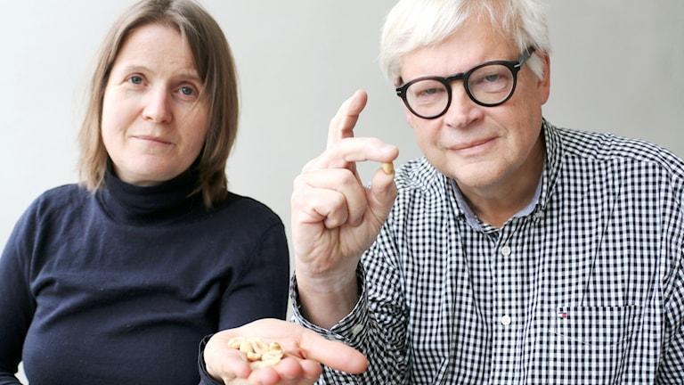 Louise Epstein och Thomas Nordegren håller i jordnötter.